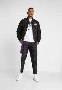New Era - COLOUR BLOCK TRACK PANT - Teplákové kalhoty - black/true purple/optic white - 1