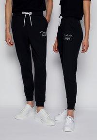 Calvin Klein - REFLECTIVE LOGO UNISEX - Verryttelyhousut - black - 0