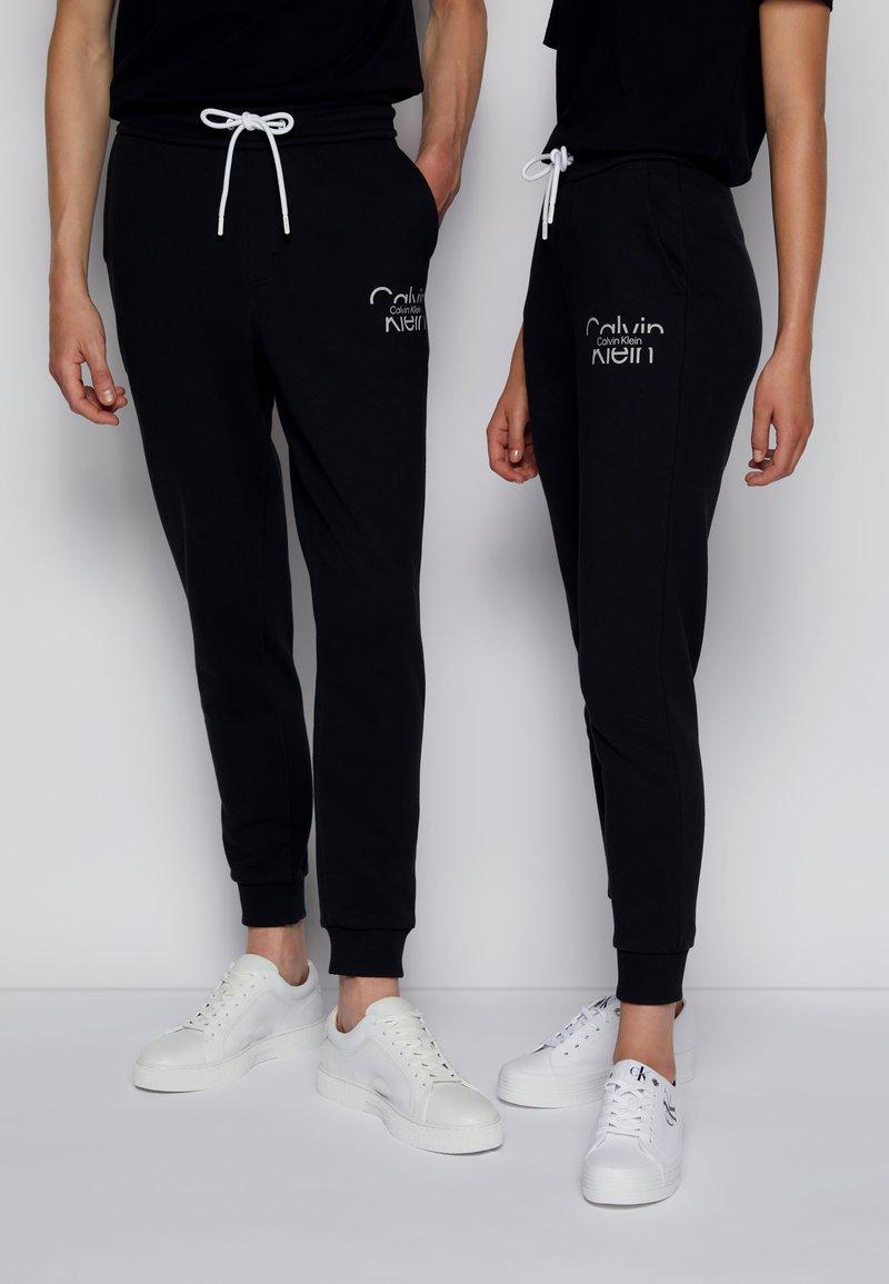 Calvin Klein - REFLECTIVE LOGO UNISEX - Verryttelyhousut - black