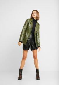 Missguided - JORDAN LIPSCOMBE PU UTILITY SHORT - Shorts - black - 1