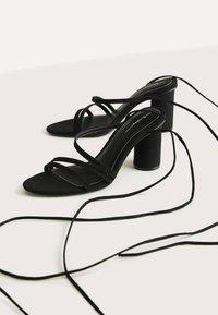 Bershka - MIT BREITEM ABSATZ UND SCHNÜRRIEMCHEN  - Korolliset sandaalit - black - 3