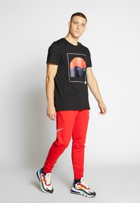 Jack & Jones - JCOSCAPE TEE CREW NECK ON - Print T-shirt - black - 1