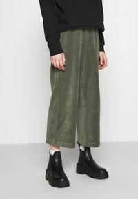 Monki - CORIE TROUSERS - Kalhoty - green - 0