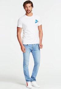 Guess - T-shirt z nadrukiem - white - 1