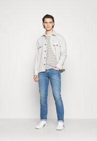 Carhartt WIP - SCOTTY POCKET - Print T-shirt - white heather/grey heather - 1