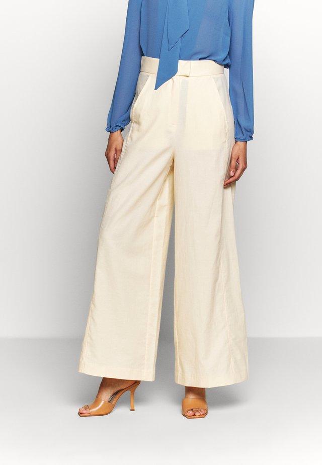 SUPER FLARED PANTS MAXI - Pantalones - lemon cream