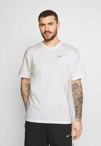 Nike Performance - TEE - T-shirt imprimé - pure - 2