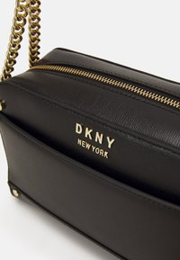 DKNY - THELMA CAMERA BAG  - Skulderveske - black/gold - 6