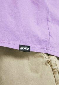 PULL&BEAR - T-shirt con stampa - purple - 5