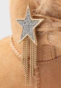 UGG - MINI BAILEY STAR - Boots à talons - bronzer - 2