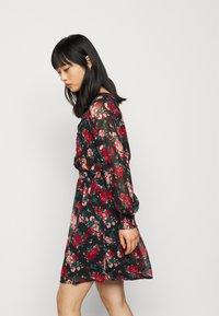 VILA PETITE - VIBROOKLY DRESS PETITE - Denní šaty - black/jester red - 3