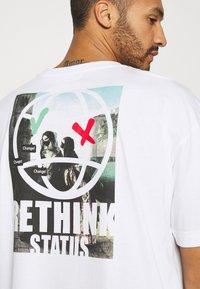 RETHINK Status - OVERSIZED UNISEX - T-shirt med print - white - 5