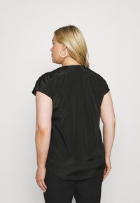 ONLY Carmakoma - CARCARLY IN ONE V NECK - Print T-shirt - black - 2