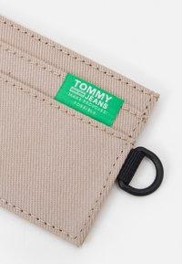 Tommy Jeans - URBAN HOLDER UNISEX - Plånbok - green - 4