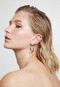 Astrid & Miyu - WISHBONE EAR CUFF - Náušnice - silver-coloured - 1