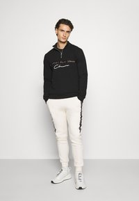 CLOSURE London - TAPED JOGGER - Pantalon de survêtement - off white - 1