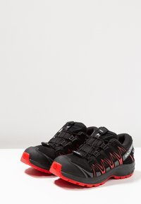 Salomon - XA PRO 3D CSWP - Chaussures de marche - black/high risk red - 3