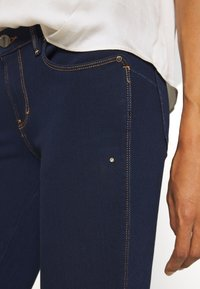 Guess - CURVE  - Jeans Skinny Fit - dark blue denim