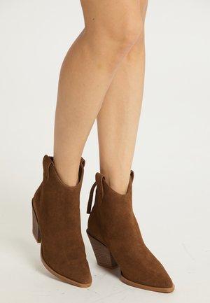 High heeled ankle boots - braun