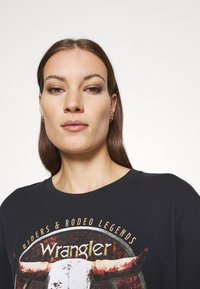 Wrangler - OVERSIZED TEE - Print T-shirt - washed black - 3