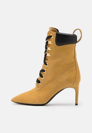 Šněrovací kotníkové boty - cammello