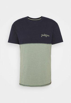 JORAIDENS TEE CREW NECK - Triko spotiskem - navy blazer