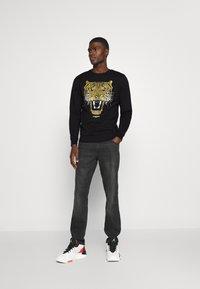 Alessandro Zavetti - GOLDEN GROWLER CREW - Sweatshirts - black - 1