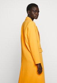 Bruuns Bazaar - FLORAS ALANNA COAT - Kåpe / frakk - orange glow - 2