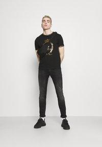 Brave Soul - KING - Print T-shirt - jet black/gold foil/white - 1