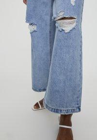 PULL&BEAR - MIT ZIERRISSEN - Široké džíny - light blue - 5