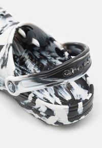 Crocs - CLASSIC MARBLED - Mules - white/black - 5