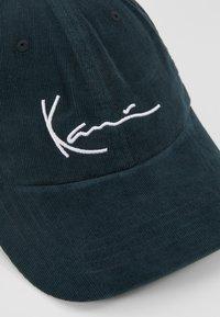 Karl Kani - SIGNATURE  - Cap - green/white - 6