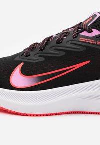 Nike Performance - ZOOM WINFLO  - Obuwie do biegania treningowe - black/flash crimson/beyond pink - 5