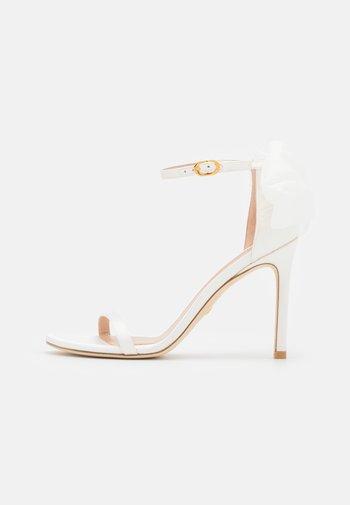 NUDISTSONG BOW - Sandalen met hoge hak - white/cream