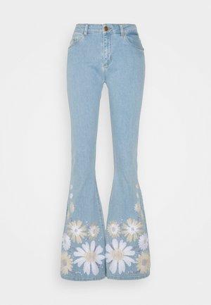 EVA EXTRA FLARE EMBRO  - Široké džíny - light denim