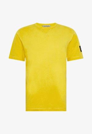 MONOGRAM SLEEVE BADGE TEE - Basic T-shirt - solar yellow