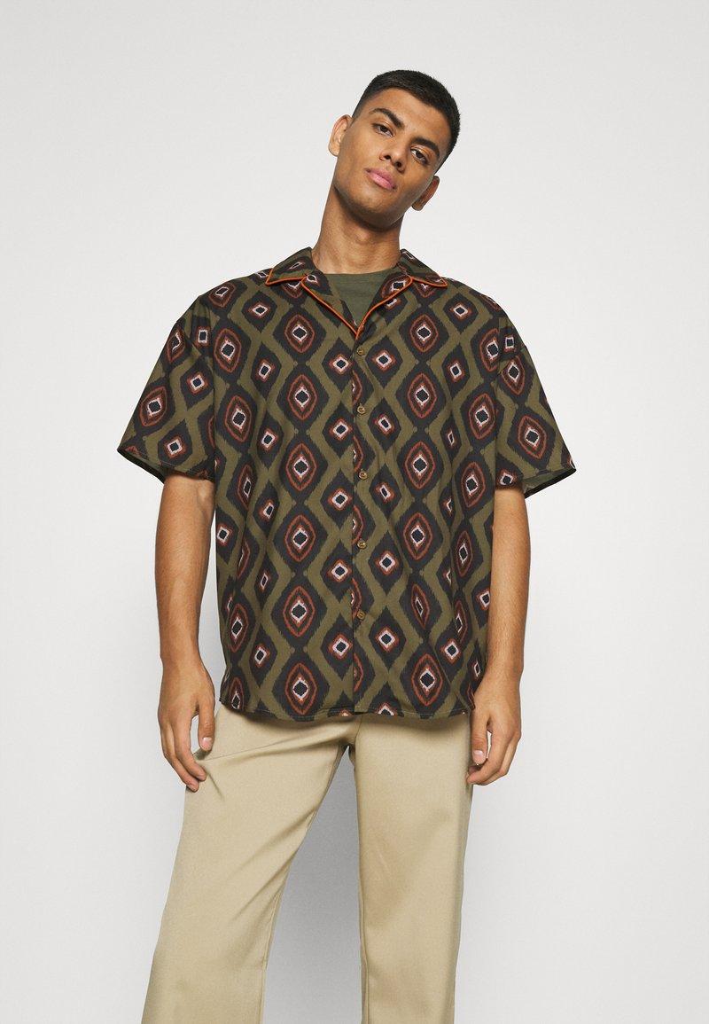 Mennace - PEACOCK PATTERN REVERE SHIRT - Shirt - dark green