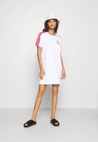 adidas Originals - STRIPES SPORTS INSPIRED REGULAR DRESS - Jersey dress - white/scarlet - 1