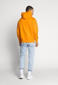 Tommy Jeans - BADGE HOODIE UNISEX - Hoodie - paradise orange - 2