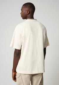 Napapijri - HONOLULU - Print T-shirt - new milk - 2
