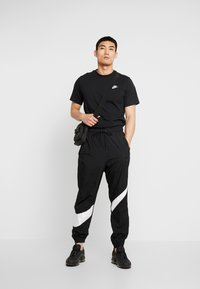 Nike Sportswear - CLUB TEE - T-shirts - black/white - 1