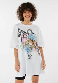 Bershka - MIT TIGERPRINT - Print T-shirt - nude - 0