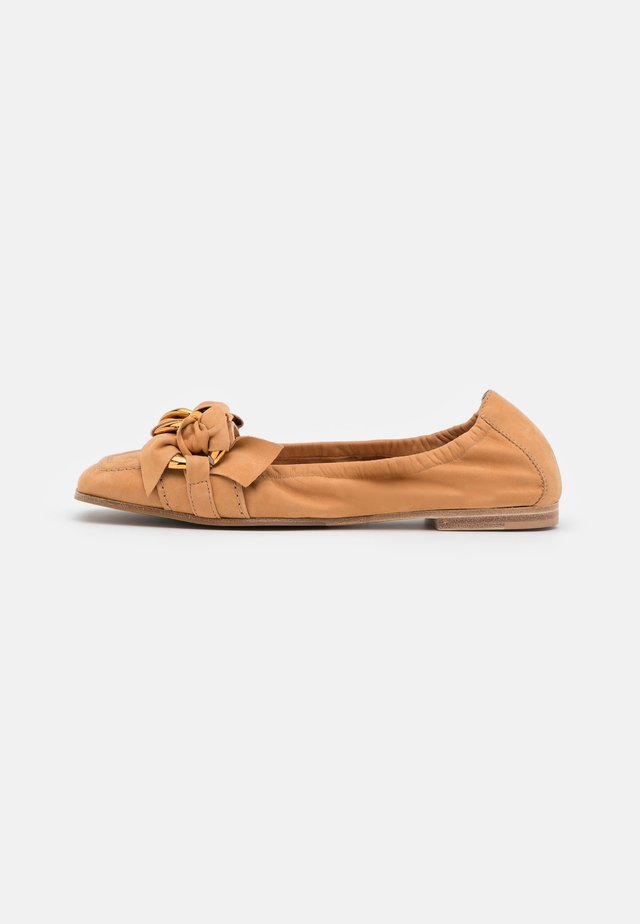 CARO - Mocasines - caramel/gold