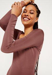 Missguided - ASSET SCULPTED SLINKY SQUARE NECK - Top sdlouhým rukávem - chocolate - 5