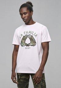 Cayler & Sons - Print T-shirt - pale pink/camo - 0