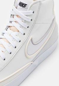 Nike Sportswear - BLAZER MID '77 INFINITE - Baskets montantes - summit white/white/sail/vast grey/black - 5