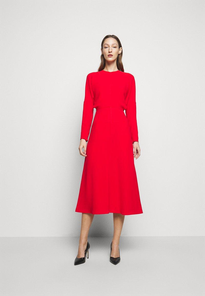 Victoria Beckham - DOLMAN MIDI DRESS - Denní šaty - tomato red