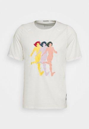 RISE TOP ART - T-shirt med print - sail/white