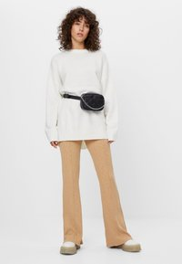 Bershka - MIT PATENTMUSTER - Spodnie materiałowe - beige - 1