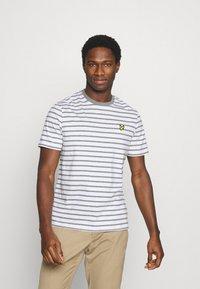 Lyle & Scott - BRETON STRIPE - T-shirt med print - mid grey marl/white - 0